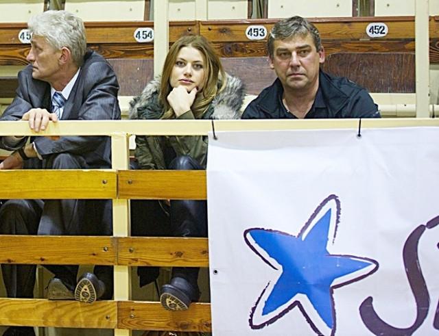 Od lewej prezes Spójni Marek Kisio, aktorka Ola Kisio i trener Ireneusz Purwiniecki.