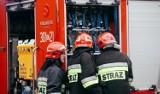 Gdynia: Pożar budynku w PGZ Stoczni Wojennej na Oksywiu. 21.12.2020. Ogień opanowany. Paliły się farby i lakiery