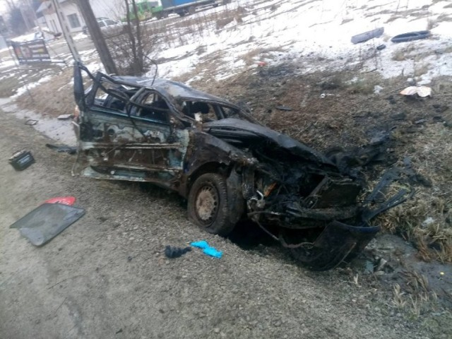 Policjanci z Jarosławia i Brzozowa pracowali na miejscu tragicznych wypadków.   W piątek po godz. 20 w Młynach na drodze krajowej nr 94 prowadzącej w stronę przejścia granicznego w Korczowej, kierująca wartburgiem potrąciła mężczyznę. Pieszy szedł środkiem jezdni. 57-letni ob. Ukrainy zmarł na miejscu. 31-letnia kierująca, również obywatelka Ukrainy, była trzeźwa.   W sobotę po godz. 5, policjanci zostali wezwani do wypadku w Grabownicy Starzeńskiej w pow. brzozowskim. Kierujący passatem na łuku drogi stracił panowanie nad pojazdem, zjechał do rowu. Samochód kilkakrotnie dachował. Autem podróżowały dwie osoby. 25-letni kierowca został ciężko ranny, nie udało się go uratować. 21-letnia kobieta została przewieziona do szpitala.  Droga wojewódzka w kierunku Dynowa przez ponad trzy godziny była nieprzejezdna.  Zobacz także: W Nienadowej dachował kierowca opla. 33-latek miał 3,6 promila alkoholu. Pasażer też był pijany