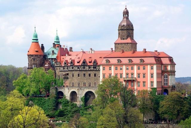 Ten trzeci co do wielkości zamek w Polsce czeka na zwiedzających w Wałbrzychu. Warto zobaczyć nie tylko sam zamek wraz z podziemnymi tunelami, ale też atrakcje w jego otoczeniu: ruiny drugiego zamku, stadninę koni, pięknie utrzymany park wraz z zabudowaniami z początków XX w. oraz dawną kuźnię. Można tu również zjeść i przenocować. Książ to także świetna okazja do kontaktu z historią drugiej wojny światowej – na zamku mieściła się filia obozu koncentracyjnego KL Gross Rosen, a ponoć także i tajna niemiecka fabryka broni.  Licencja