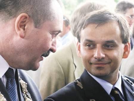 Burmistrz Cieszyna Bogdan Ficek (z lewej) studzi entuzjazm burmistrza Czeskiego Cieszyna Jindrzicha Sznapki (z prawej), który jest wielkim zwolennikiem 1-majowej imprezy i bezgranicznie ufa jej organizatorowi.