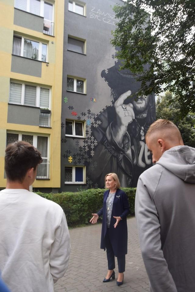 Lekcja polskiego przed muralem Ryśka Riedla w Tychach
