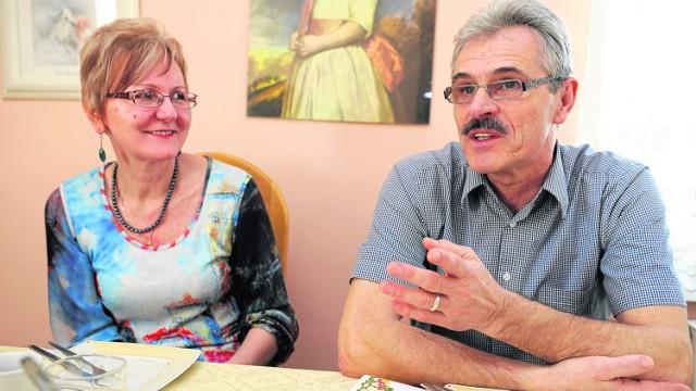 Barbara i Czesław Teleszkowie skończyli tę samą uczelnię. Po studiach zamieszkali w Bierutowie. Tutaj spełniają się zawodowo i tutaj wychowali dwóch synów