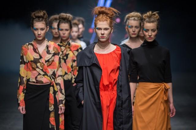Malgrau zaprojektowała kobiecą kolekcję, w której znalazły się czernie i szarości, w niektórych zestawieniach połączone z kolorową koszulą, sukienką lub spódnicą  Więcej zdjęć: Designer Avenue: Malgrau, Piotr Drzał [ZDJĘCIA]