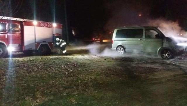 W nocy, w sobotę 23 lutego, strażacy zostali wezwani do pożaru samochodu w Połupinie koło Krosna Odrzańskiego.   Ogień pojawił się około godz. 0.30. Na miejsce wyjechały wozy strażaków OSP Dąbie i jednostki zawodowej z Krosna Odrzańskiego. Kiedy strażacy dojechali na miejsce płomienie wydostawały się z komory silnika volkswagena busa. Pożar został szybko opanowany przez strażaków.  Zobacz nasz Magazyn Informacyjny: