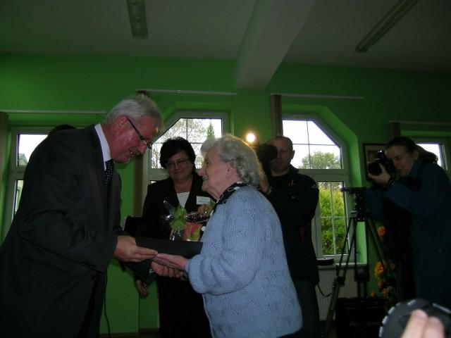Gratulacje od starosty odbiera Zofia Lewandowska, lokatorka DPS  od lat 10