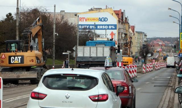 Remont torowiska tramwajowego spowodował już wiele utrudnień i zmian w organizacji ruchu, m.in. na ulicy Chełmińskiej w Grudziądzu