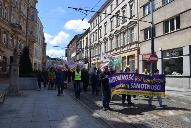 W Katowicach bezdomni przypominają o sobie w trakcie organizowanego przez Górnośląskie Towarzystwo Charytatywne raz do roku Marszu Bezdomnych.