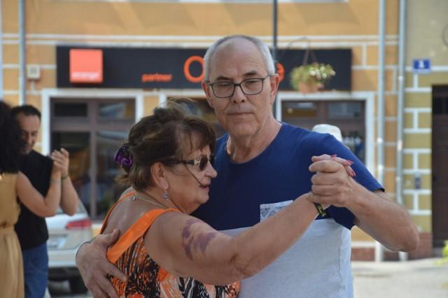 Zobaczcie niesamowite, zmysłowe tango na placu Słowiańskim w Żaganiu! Byliście? Widzieliście? Sprawdźcie, co jeszcze nas czeka do niedzieli 25 lipca 2021!