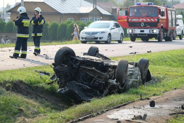 Do wypadku doszło w sobotę na drodze wojewódzkiej nr 884 w Przedmieściu Dubieckim w powiecie przemyskim. -23-letni kierujący osobową lancią wykonując manewr skrętu w lewo na posesję, nie ustąpił pierwszeństwa przejazdu jadącemu  z naprzeciwka kierującemu volkswagenem. Kierujący lancią jechał w kierunku Dubiecka, a kierujący passatem w kierunku Dynowa - relacjonuje mł. asp. Marta Fac z KMP w Przemyślu.  36-letni kierujący passatem mieszkaniec pow. przemyskiego był trzeźwy.  23-letni kierujący lancią, również mieszkaniec pow. przemyskiego zostanie poddany badaniu na zawartość alkoholu w wydychanym powietrzu w szpitalu.  Kierujący lanicą był zakleszczony w swoim pojeździe, straż pożarna pomagała go uwolnić. Obydwaj mężczyźni zostali przewiezieni do szpitala wojewódzkiego w Przemyślu. 23-latek jest w ciężkim stanie.  Droga jest zablokowana. Pojazdy kierowane są na objazdy. Na miejscu pracuje grupa dochodzeniowo-śledcza. Trwa ustalanie dokładnych okoliczności tego wypadku.