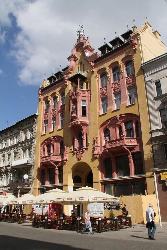 Kamienicę przy ul. Piotrkowskiej  86 wybudowano w 1896 r.  W niszy na fasadzie stoi posąg wynalazcy druku, stąd nazwa: Pod  Gutenbergiem. Jej pierwszym właścicielem był drukarz Jan Petersilge