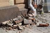 O krok od tragedii w centrum Szczecinka. Na ulicę poleciały cegły [zdjęcia]