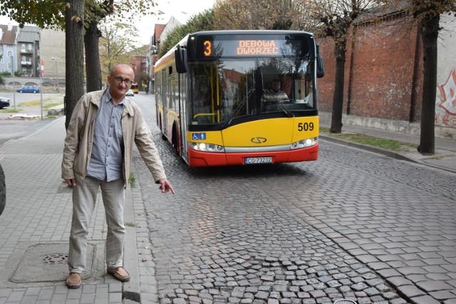 -Autobusy nie mogą tutaj jechać szybciej niż 20 kilometrów na godzinę - mówi Jarosław Gąsiorowski.