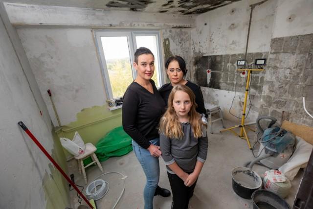 Bydgoska policjantka Katarzyna Węglarz (z lewej) wraz z 9-letnia córką Mają okazały dużo serca rodzinie pani Agnieszki, której mieszkanie zniszczył pożar.