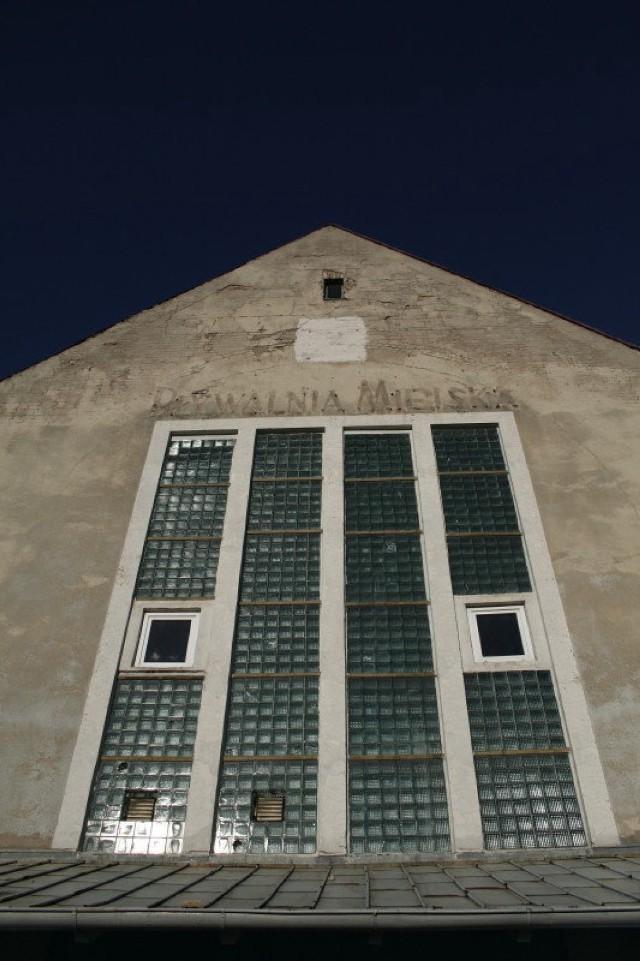 Miejsce, które twórcy wybrali do swojego projektu także wiąże się z absurdem. Budynek, który dziś jest pływalnią miejską na początku XX wieku był... Fot. Artur Markiewicz