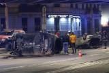 Oto zdjęcia z groźnego wypadku na ul. Grabiszyńskiej. Jedno auto na dachu, drugie na boku