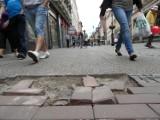"""Bytom: Ulica Dworcowa? Raczej ulica """"Dziurawa"""".Główny deptak wygląda coraz gorzej."""