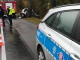 Śmiertelny wypadek na drodze wojewódzkiej nr 221 w Jodłownie. Kierowca z urazem kręgosłupa, pasażer mimo reanimacji zmarł