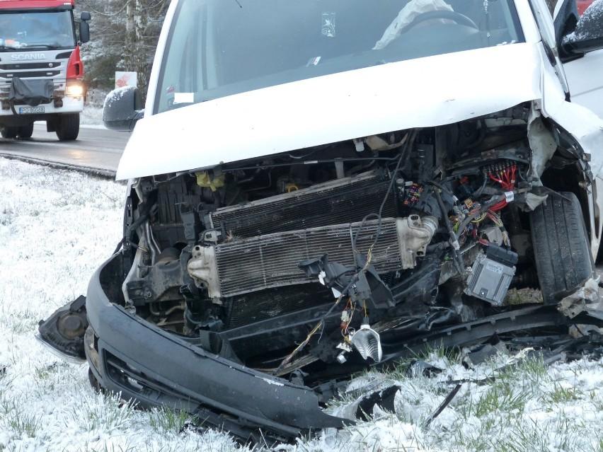 Nowy Tomyśl. Wypadek na trasie Jastrzębsko Stare - Sękowo. Dwa auta zderzyły się czołowo. MAMY ZDJĘCIA!