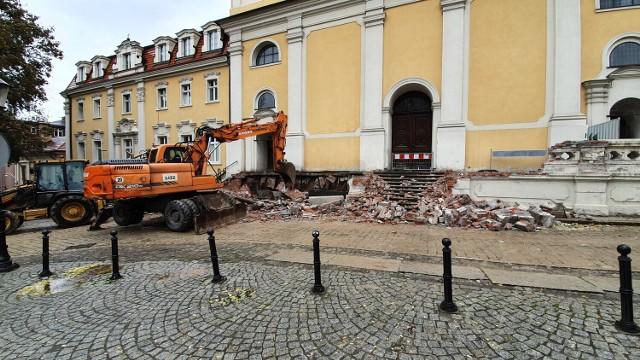 Widok na schody wejściowe kościoła w trakcie rozbiórki. fot. o. Klekociuk