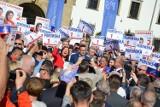 Wybory 2019. Premier Mateusz Morawiecki w Brzegu. Kilkaset osób przyszło na spotkanie na placu Zamkowym