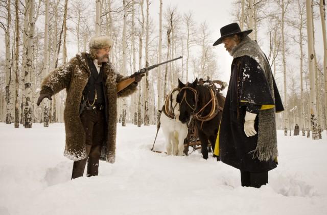 Na zdjęciu Kurt Russel w roli łowcy nagród  Johna Rutha i Samuel L. Jackson  jako major Marquis Warren.