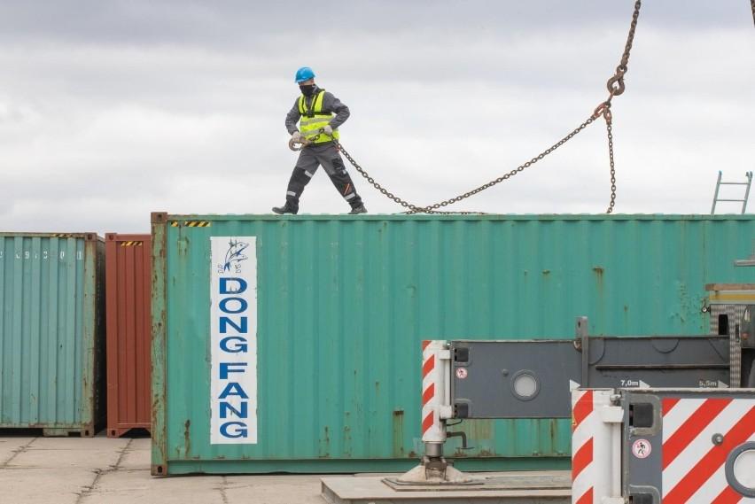 Towary przypłynęły w kontenerach Wisłą z Chełmna do Gdańska w komercyjno-badawczym rejsie. Zobacz zdjęcia