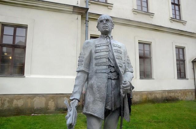 Pomnik Pála Telekiego ustawiono na tyłach Wojewódzkiej Biblioteki Publicznej przy ul. Rajskiej w Krakowie. Autorem rzeźby jest prof. Stefan Dousa