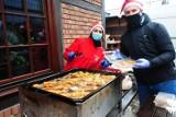 Zamiast tradycyjnej wigilii dla ubogich w mieście rozdano ciepłe posiłki i paczki z żywnością [ZDJĘCIA]