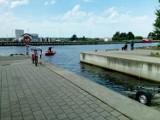 W kanale portowym w Darłowie działają strażacy pływając łodziami ZDJĘCIA