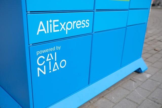 Analitycy uwazają, że wprowadzenie VAT na przesyłki z zakupami poza UE ma głównie zniechęcić Polaków do kupowania w chińskim marketplace Aliexpress. Na razie jednak w Warszawie pojawiły się jego pierwsze paczkomaty, które mają przyspieszyć tempo dostaw.