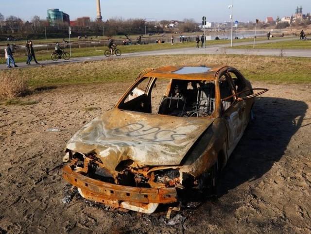Wrak spalonego samochodu nad Wartą został niedawno usunięty