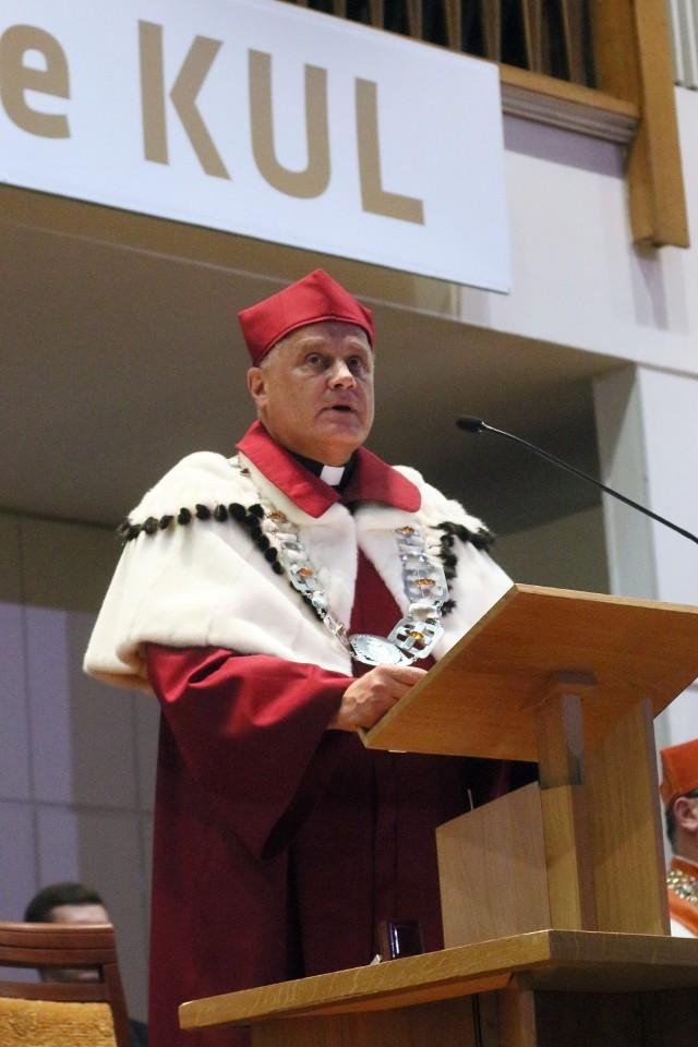 Ks. prof. dr hab. Antoni Dębiński. Urodzony 28 kwietnia 1953 r. w Lublinie.  W 2012 r. został wybrany rektorem KUL. Jest profesorem zwyczajnym nauk prawnych i specjalistą w zakresie prawa rzymskiego.
