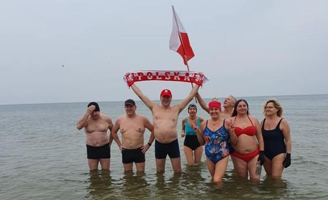 - Kąpielą w zimnych wodach Bałtyku rozpoczęliśmy Narodowy Dzień Niepodległości - relacjonuje Tyberiusz Narkowicz, burmistrz Jastarni