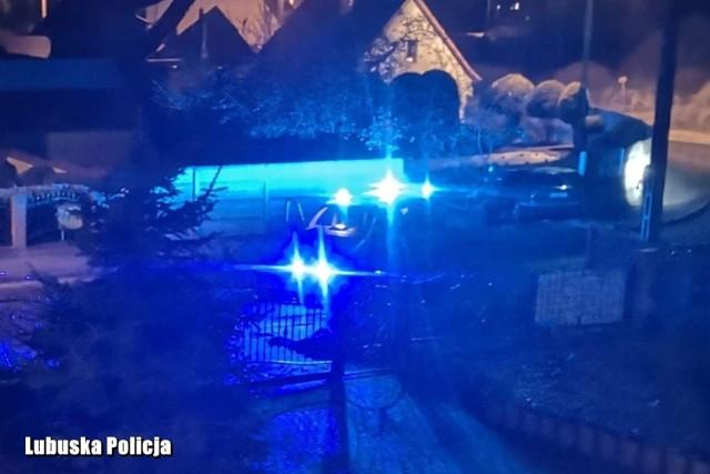 29-letni kierowca został zatrzymany przez policjantów z Gubina pół godziny po tym jak rozbił samochód o ogrodzenie. Okazało się, że mężczyzna był pijany.