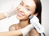 Prosaki na twarzy – czym są i dlaczego powstają? Jak usunąć prosaki domowymi sposobami i na jakie zabiegi zdecydować się u kosmetyczki?