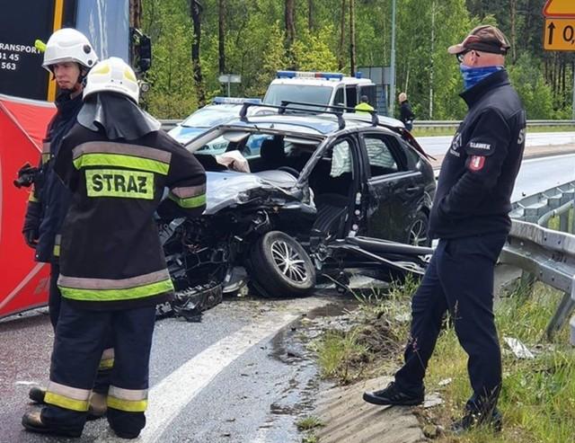 Tragiczny wypadek w Krzepicach. Zginął kierowca samochodu osobowego po zderzeniu z tirem.   Zobacz kolejne zdjęcia. Przesuwaj zdjęcia w prawo - naciśnij strzałkę lub przycisk NASTĘPNE