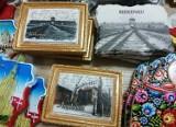 Szok! Do kupienia pocztówki, kubki i magnesy z krematorium w Auschwitz?
