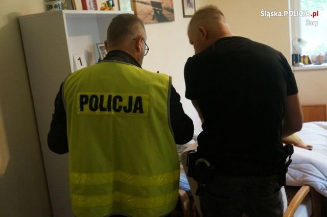 Mieszkanie 45-latka, który głosił ksenofobiczne treści, naszpikowane było podejrzanymi substancjami.