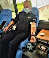 Łukasz w policyjnym mundurze zachęca do oddawania krwi. Wziął udział w akcji w Parchowie