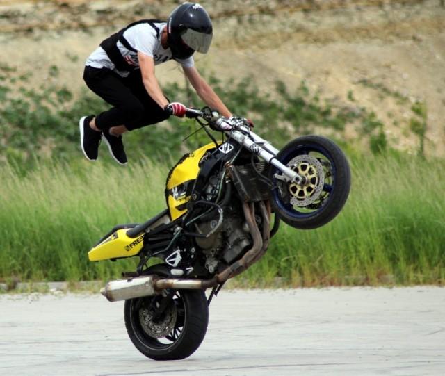 """""""Wheelie"""": efektowna jazda na tylnym kole - to jeden z flagowych elementów motocyklowej rewii stuntu. Karol Borto ćwiczył z pasją tę """"perełkę"""" podczas ostatnich treningów na placyku koło Wiślicy."""