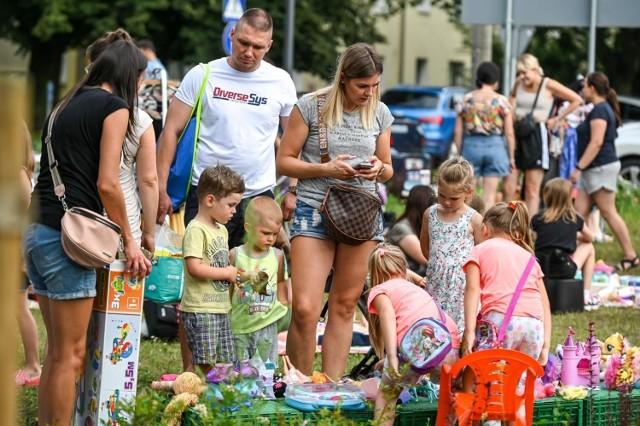 Na pięknie odnowionym skwerze przy ul. Styp-Rekowskiego w gdańskiej dzielnicy Chełm odbył się w środę 28 lipca pchli targ. Każdy, kto chciał pozbyć się niepotrzebnych rzeczy, mógł je sprzedać, wymienić lub oddać. Dodatkowo dla najmłodszych przygotowano liczne gry i zabawy.