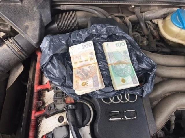 Kierowca w komorze silnika ukrył reklamówkę z gotówką, ją też znaleźli policjanci.