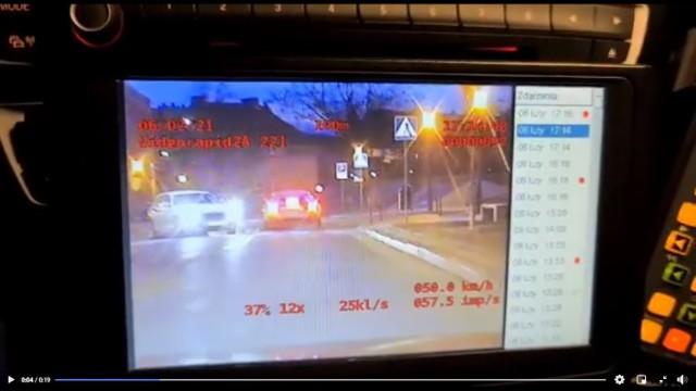 """Gniezno. Kierowca jaguara dostał mandat za """"palenie gumy"""""""