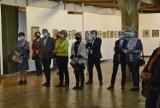 """Wystawa Wiktora Jędrzejaka """"Malarski dziennik podróży"""" w Muzeum Historii Przemysłu w Opatówku ZDJĘCIA"""