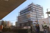 3QUBES przy Ściegiennego w Katowicach. Biurowiec rośnie tuż przy wjeździe na parkingi SCC