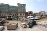 Katowice. Ulica Dworcowa zmienia się w deptak. Prace są zaawansowane w ponad 70 proc. Trwa układanie nowej nawierzchni