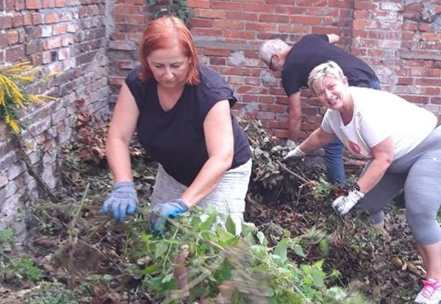 Na pierwszym planie: Mirka Karpowicz i Asia Rumińska podczas prac przy porządkowaniu terenu k.Domu Harcerza