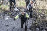 Runmaggedon w Poznaniu, czyli ekstremalne biegi na Hipodromie Woli. Biegacze zmagali się z błotem i trudnymi przeszkodami. Jak im poszło?