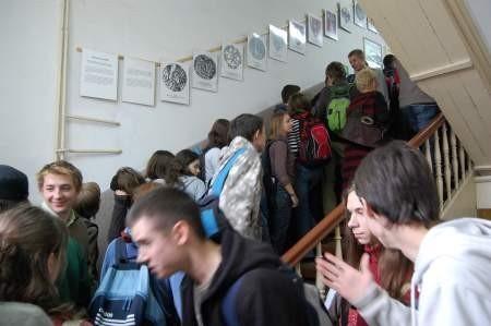 Taka sytuacja na schodach w czerskim ogólniaku jest podczas każdej przerwy. Fot. Maria Sowisło